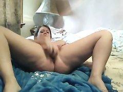 Жирная болгарка раздвинув толстые ноги большой секс игрушкой удовлетворяет ненасытную киску