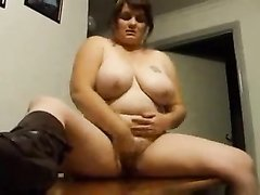 Любительское видео с очень жирной толстухой, она голая дрочит киску и разрешает оператору пощупать клитор
