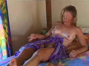 Толстая домохозяйка оголила волосатую киску, мечтая о сексе она пальчиком дрочит клитор