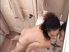 Вернувшись с работы молодая итальянка в ванной дрочит клитор, а сверху на домашнее видео всё снимает скрытая камера