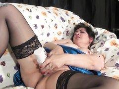 Зрелая румынская толстуха в чулках трахает киску секс игрушкой, любовник снимает домашнее видео, а также дрочит на неё