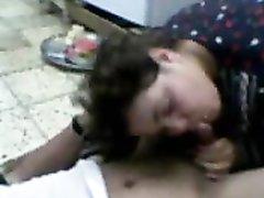 Толстая арабская домохозяйка искушена в оральном сексе и чтобы завести мужа ласкает член язычком