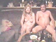 Пригласил зрелую подругу жены и после застолья предложил домашний секс опьяневшей гостье
