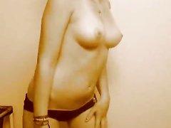 Красивой особе хочется показать свою фигуру и она раздевается на вебкамеру, позволяя незнакомцам смотреть на себя
