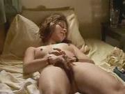 Шикарная женщина лежит в постели голой и дрочит уже намокшую дырочку, желая сексуальной разрядки