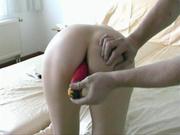 Студентка в маске совершает для любительского видео анальную мастурбацию, её парень покорно помогает
