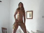 Фигуристая американка сексуально танцует голой и дрочит киску, стоя на карачках и сидя на попе