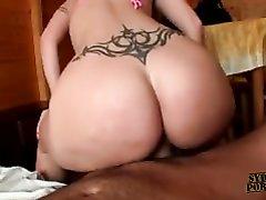 Домашний секс со зрелой и фигуристой блондинкой, её огромная попа и ухоженные дырочки великолепны