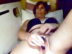 Зрелая латинка с волосатой киской ловит удовольствие с синей секс игрушкой, которую она быстро двигает в вагине