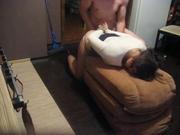 Лёгкий домашний БДСМ, мужу нравится в ходе секса трахать жену в киску и рот, когда её руки находятся за спиной