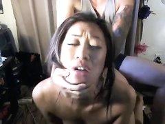 Потрясающая азиатка снялась в домашнем порно с любимым, он поставил её на карачки и состыковался сзади
