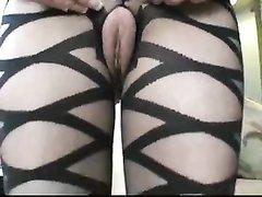 Зрелая англичанка надела эротический костюм для домашнего секса с любовником, который в восторге от её развратной киски