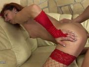 Анальный секс со зрелой французской шлюхой в красных чулках, он кончил в её упругую попу