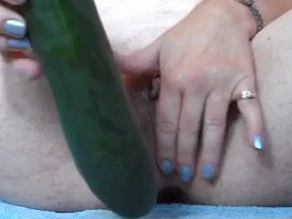 Зрелая и одинокая домохозяйка изнывает без секса и от отчаяние трахает вагину большим огурцом