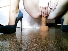 Одинокая домохозяйка купила секс игрушку и установив на пол прыгает на нём, сидя на корточкая