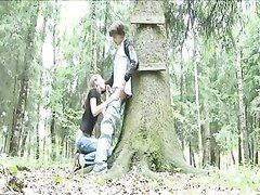 Русский пикапер встретил в лесочке незнакомку и та бесплатно облизав ему головку начала сосать член