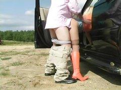 Любительский секс водителя и его попутчицы на природе возле автомобиля, дама нагнулась и чувак вставил сзади