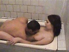 Русской паре приспичило в ванной и они не стали медлить с сексом, оно и понятно, с красивой девушкой везде хочется ласки