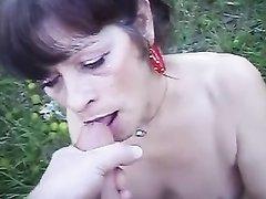 Зрелая парижанка с маленькими сиськами на природе делает бесплатно минет молодому прохожему