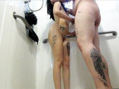 Татуированная пара идёт для домашнего секса в ванную, он трахает её сзади, позже она коленях показывает глубокую глотку