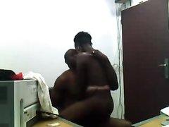 Любительский секс темнокожей пары с Кубы, каждое движение красноречиво говорит о нежных чувствах