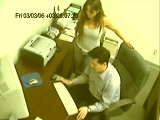 Сотрудница не подозревая о скрытой камере, записывающей видео прямо в офисе тайком дрочит член компьютерного мастера