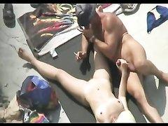 Скрытая камера снимает любительское видео с озабоченными парами, которые беспечно трахаются под её объективом