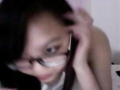 Онлайн мастурбация от приветливой филиппинки в очках, раздвинув ноги перед вебкамерой она играет с киской