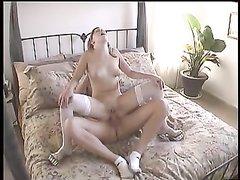 Для любительского секса молодая жена одела белые чулки, она любит сидеть сверху, чтобы быть главной в постели