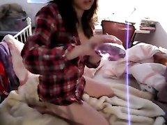 Смазливая азиатка на вебкамеру дрочит молодую киску и шалит с большой секс игрушкой