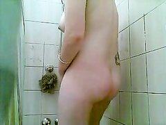 Домохозяйка принимает ванную и тщательно моет своё голое тело, она разрешает на себя смотреть соседу с камерой