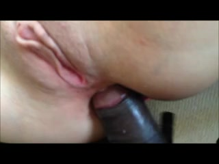 Белой красотке нравится дрочить бритую киску во время анального секса с негром