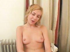 Глубокая глотка молодой блондинки создана для орального секса, она жёстко сосёт зрелый член