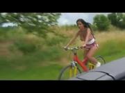 Снял на камеру любительский секс друга с незнакомой велосипедисткой, предложив римминг он лижет её попку