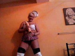 Зрелая немка в чулках и сапогах сидит на огромном фалосе, блондинка в короткой юбке очень сексуальна