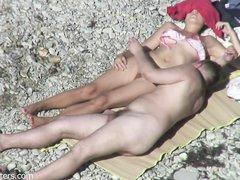 Скрытая камера на пляже застукала возбуждённую пару за мастурбацией с минетом