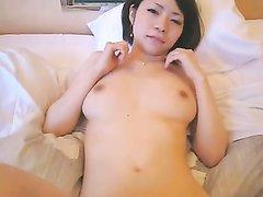 Японское порно с красоткой сосущей член, партнёр трахнул киску членом и вибратором и кончил внутрь