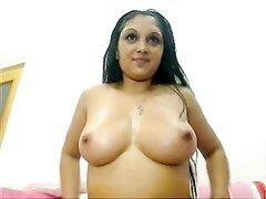Упитанная индианка с большими сиськами показывает пышную попу и дрочит киску онлайн по вебкамере