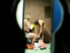 Вуайерист в замочную скважину подглядывает за голыми переодевающимися девушками и умудряется записать их на видео