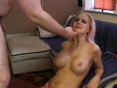 Видео с глубокой глоткой, блондинка с силиконовыми сиськами сосёт у жирного партнёра