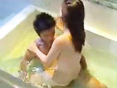Домашнее порно азиатской пары в ванной снято с любовью, это точно не актёры