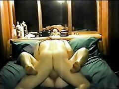 Удовлетворённая анальным сексом жена лижет мужу попу и самозабвенно делает минет