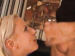 Потрясающий секс с полной блондинкой, у неё глубокая глотка и мокрая киска