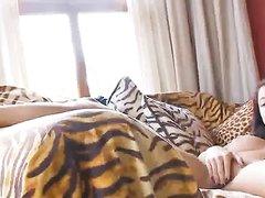 Любительское видео с молодой британкой, она мастурбирует киску пальчиками и синим вибратором