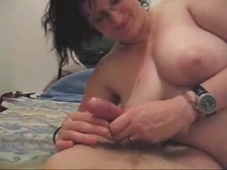 Домашнее видео с мастурбацией члена от толстой и грудастой домохозяйки в очках