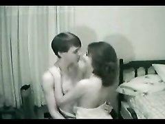 Нежный секс молодой пары, они влюблены и красотка после поцелуев делает минет до спермы