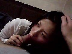 Корейское любительское порно с азиаткой, балдеющей от домашнего минета