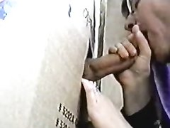 Зрелая интеллигентка согласна на видео сделать минет только через дырку в картоне