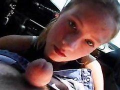 Молодая пассажирка для любительского видео делает минет озабоченному водителю