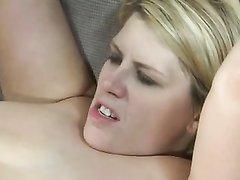 Хардкор для блондинки всегда желанный, ведь энергичный секс кончается струёй спермы прямо в её рот и она её дегустирует